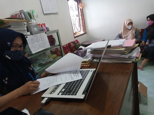 ILUSTRASI: Masyarakat Desa Karangwotan, Kecamatan Pucakwangi sedang menunggu pencetakan surat pengantar dari desa. (IBNU MUNTAHA/LINGKAR.CO)