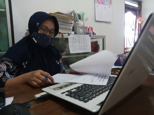 ILUSTRASI: Aktivitas perangkat Desa Karangwotan, Kecamatan Pucakwangi pada kantor kepala desa saat melaksanakan kegiatan administrasi. (IBNU MUNTAHA/LINGKAR.CO)