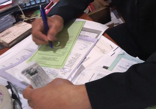 ILUSTRASI: Proses pengisian surat pengantar dari desa. (IBNU MUNTAHA/LINGKAR.CO)