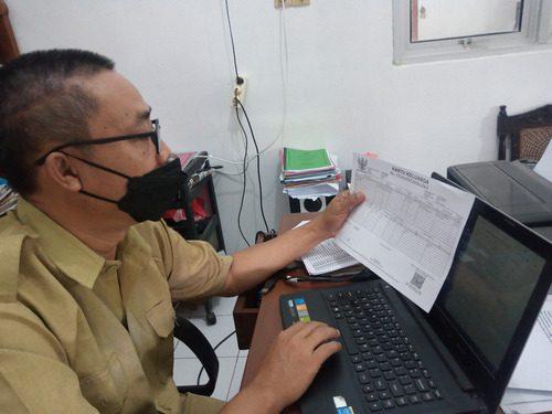 ILUSTRASI: Carik Desa Margorejo, Kecamatan Margorejo sedang melakukan pencatatan data kependudukan untuk kebutuhan administrasi desa. (IBNU MUNTAHA/LINGKAR.CO)