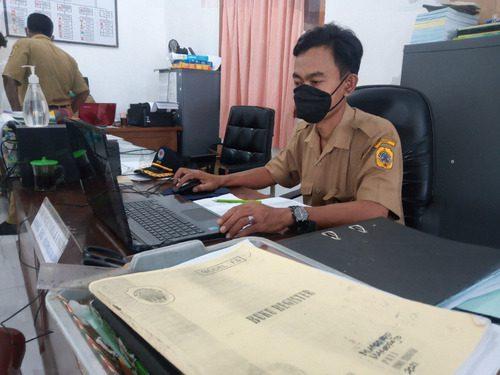 ILUSTRASI: Perangkat Desa Margorejo, Kecamatan Margorejo sedang melakukan kegiatan pencatatan administrasi desa pada kantor kepala desa kemarin. (IBNU MUNTAHA/LINGKAR.CO)
