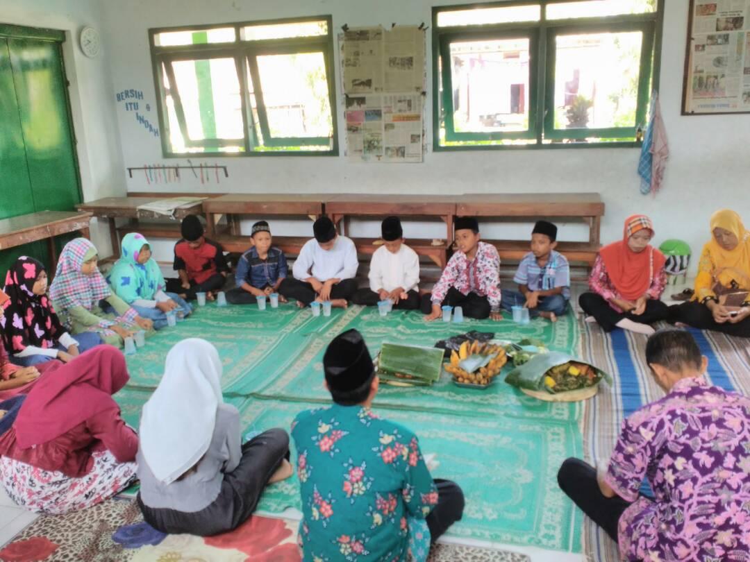 ILUSTRASI: Kegiatan keagamaan pada salah satu instansi pendidikan di Desa Pekalongan, Kecamatan Winong. (IBNU MUNTAHA/LINGKAR.CO)