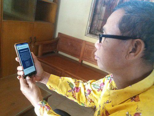 ILUSTRASI: Perangkat Desa Sinoman, sedang melakukan pemeriksaan berkas permohonan kependukan pada aplikasi Tarjilu Okke kemarin. (IBNU MUNTAHA/LINGKAR.CO)