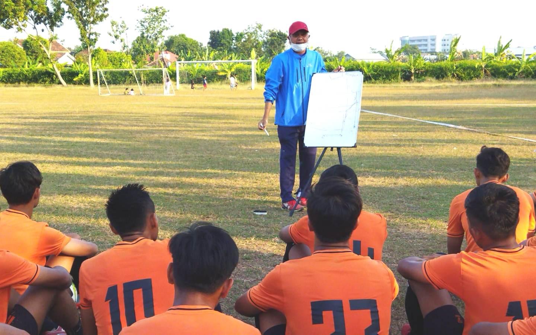 BERLATIH: Persatuan Sepak Bola (Persipa) Pati tengah melakukan latihan jelang (AZIZ AFIFI/LINGKAR.CO)