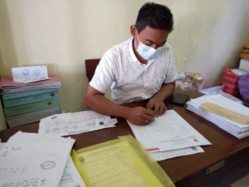 ILUSTRASI: Kepala Desa Tluwah, Kecamatan Juwana sedang memberikan tanda tangan pada surat permohonan dari warga setempat. (IBNU MUNTAHA/LINGKAR.CO)
