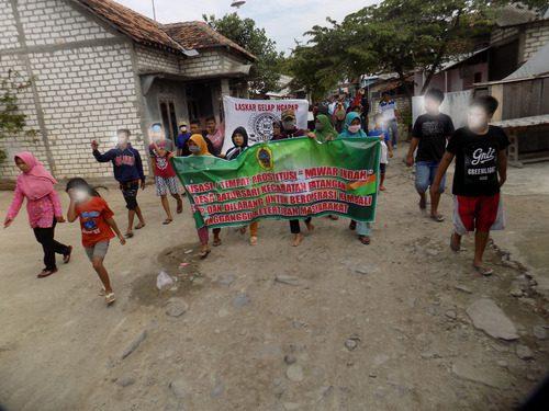 ILUSTRASI: Wargga Kecamatan Batangan, sedang melakukan aksi penolakan adanya tempat karaoke ilegal. (IBNU MUNTAHA/LINGKAR.CO)
