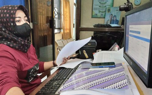 ILUSTRASI: Petugas administrasi kependudukan Kecamatan Jaken sedang melakukan pencatatan aktivitas kependudukan beberapa waktu lalu. (IBNU MUNTAHA/LINGKAR.CO)
