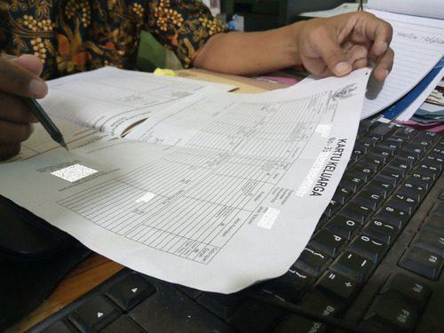 ILUSTRASI: Berkas KK terbaru yang tercetak pada kertas HVS putih ukuran A4. (IBNU MUNTAHA/LINGKAR.CO)