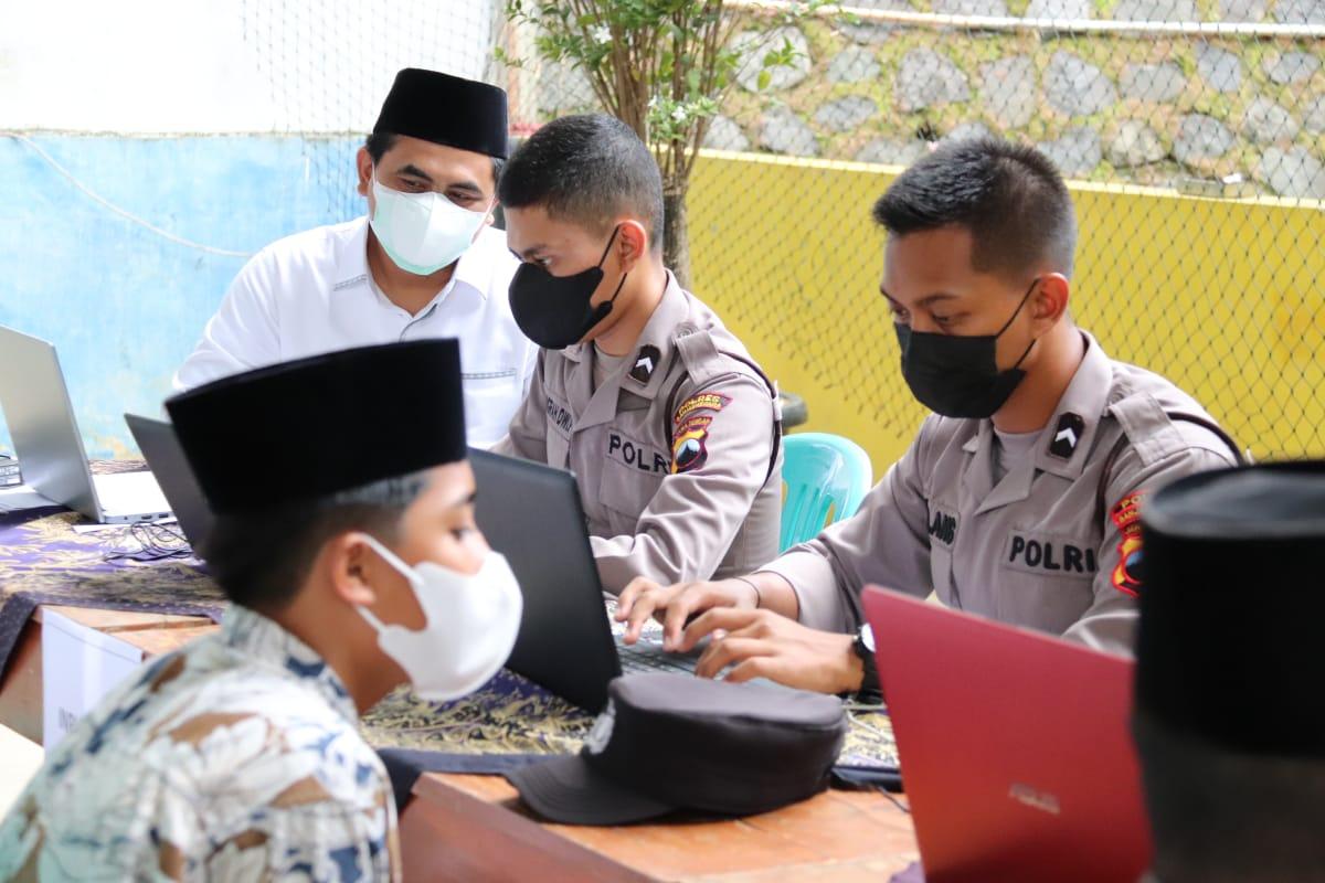 Wagub Jateng, Taj Yasin Maimoen, meninjau vaksinasi di Pondok Pesantren Tanhibul Ghofilin Banjarnegara, Selasa (31/8/2021). FOTO: Humas/Lingkar.co
