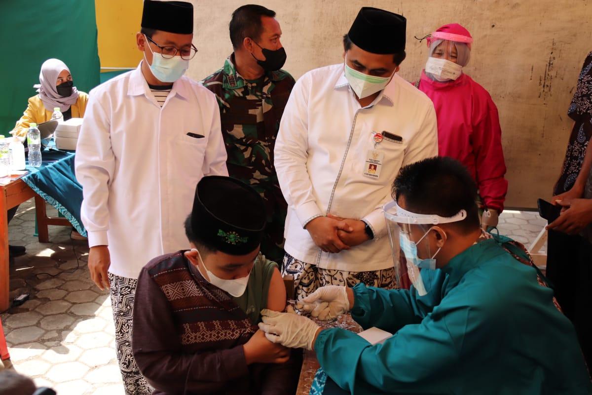 Ilustrasi – Pemberian vaksin Covid-19 kepada seorang santri. FOTO: Humas/Lingkar.co