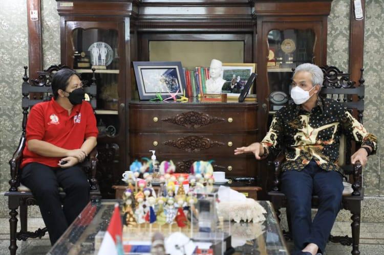 Gubernur Jateng, Ganjar Pranowo, saat bertemu dengan ahli Geodesi ITB Bandung, Heri Andreas, di rumah dinas Puri Gedeh, Rabu (1/9/2021). FOTO: Humas/Lingkar.co