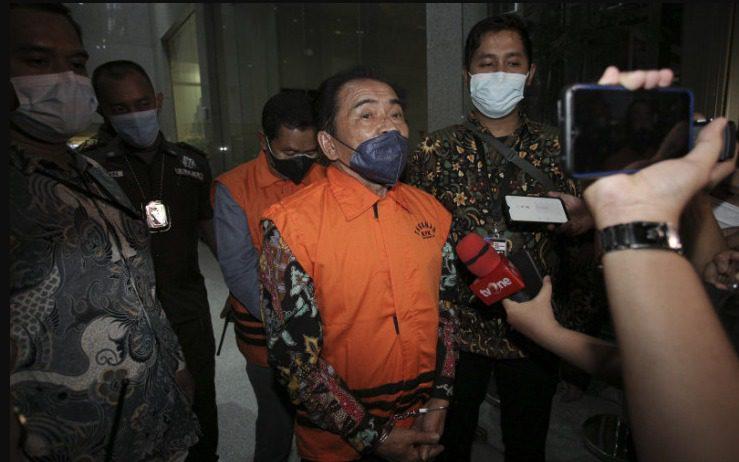 Bupati Banjarnegara, Budhi Sarwono, dan pihak swasta Kedy Afandi, mengenakan rompi tahanan usai menjalani pemeriksaan di gedung KPK, Jakarta, Jumat (3/9/2021). FOTO: ANTARA/Lingkar.co