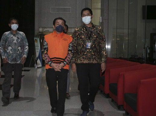 Bupati Banjarnegara, Budhi Sarwono, mengenakan rompi tahanan usai menjalani pemeriksaan di gedung KPK, Jakarta, Jumat (3/9/2021). FOTO: ANTARA/Lingkar.co