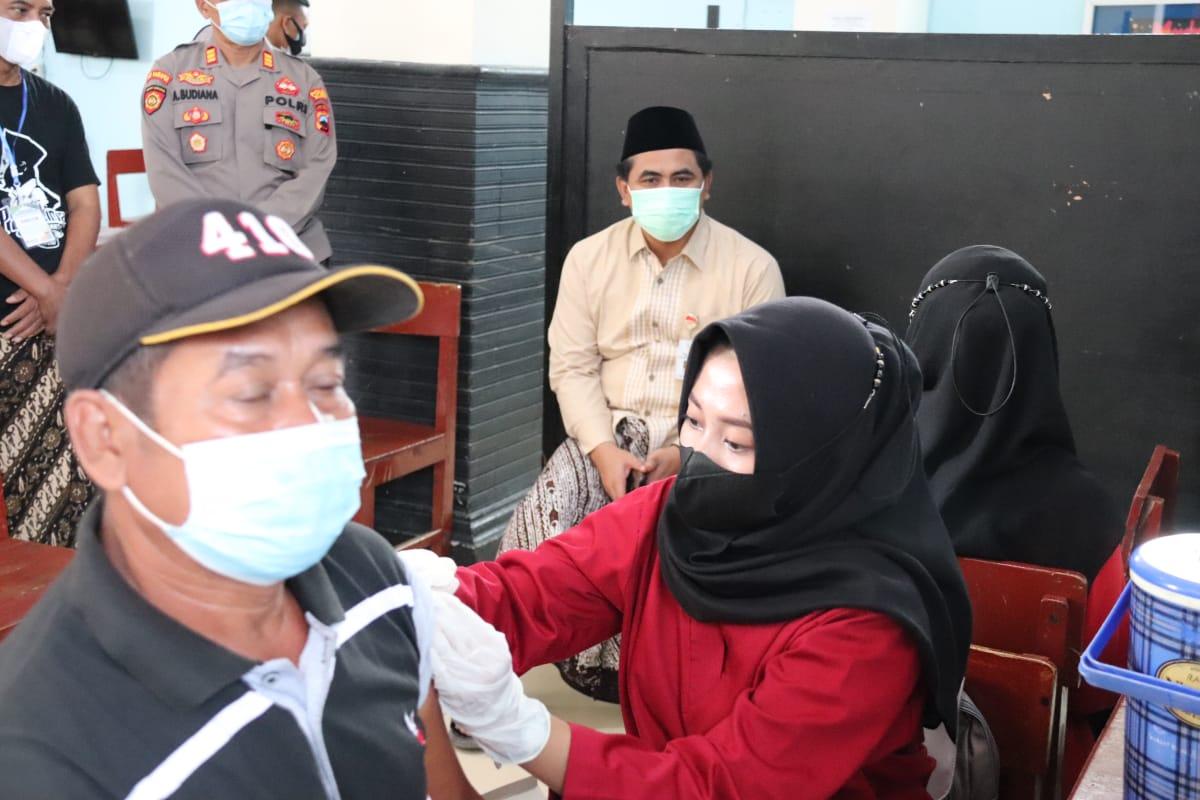Wakil Gubernur Jawa Tengah, Taj Yasin Maimoen, menyaksikan vaksinasi di Pondok Pesantren Al I'anah, Cepu, Blora, Senin (6/9/2021). FOTO: Tim Media H2/Lingkar.co
