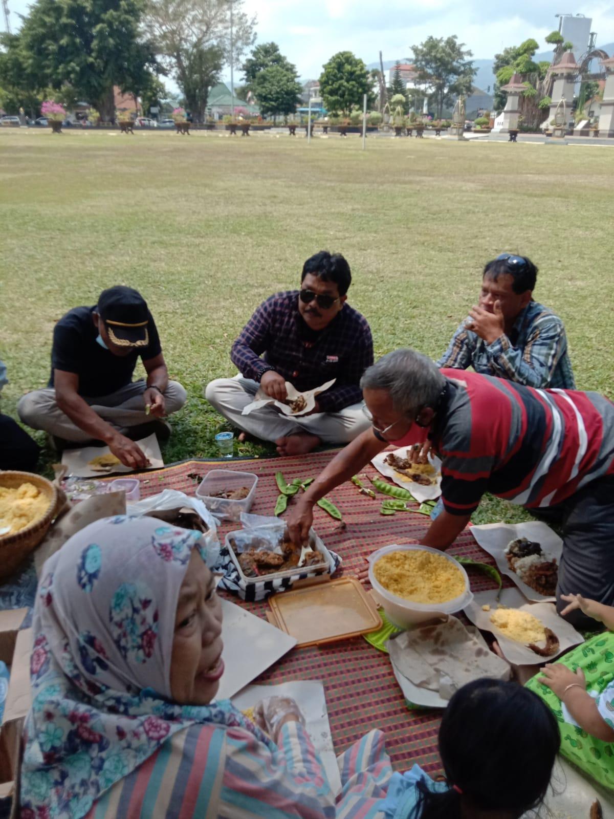 Suasana makan bersama di alun-alun Banjarnegara pascapenangkapan Bupati Banjarnegara (6/9/2021)/Gus Chamzah