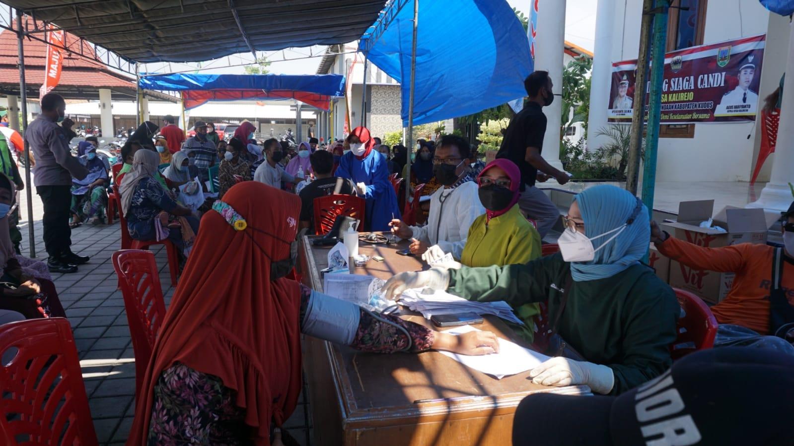 ISTIMEWA PENGECEKAN: Petugas vaksinator tengah mengecek kondisi kesehatan warga yang akan menerima vaksin Covid-19 di Desa Kalirejo, Kecamatan Undaan, Kabupaten Kudus, Sabtu (4/9).