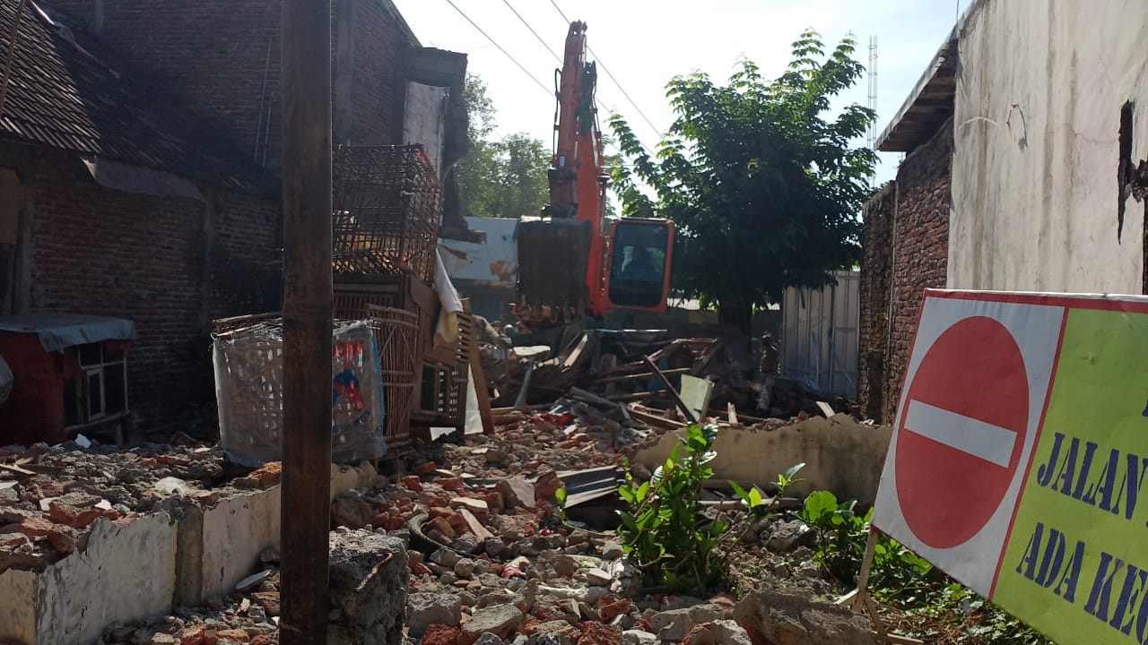 Salah satu rumah yang dibongkar Satpol PP kota Semarang di Ngemplak, Simongan. FOTO: Danang Diska Atmaja/Lingkar.co