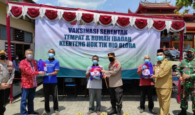 Kapolda Jawa Tengah, Irjen Pol Ahmad Lutfhi, bertemu dengan para warga saat kroscek vaksinisasi serentak di Klenteng Hok Tik Bio Kabupaten Blora, Selasa (7/9/2021). Sumber : Humas Polda Jateng/Lingkar.co