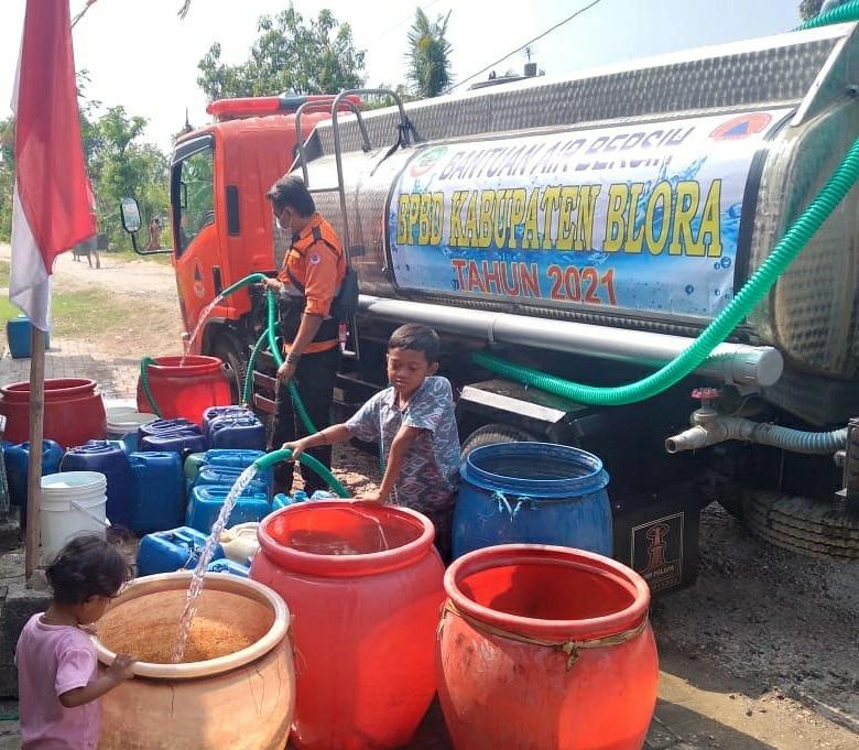Penyaluran Air Bersih Guna Atasi Kekeringan Musim Kemarau oleh BPBD Kab Blora, Jumat (20/8/2021). Sumber : BPBD Blora/Lingkar.co