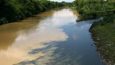 Warna hitam di sungai Bengawan Solo adalah warna dari limbah ciu atau ethanol yang dibuang oleh para pengusaha ciu. Sumber : DLHk Jateng/Lingkar.co