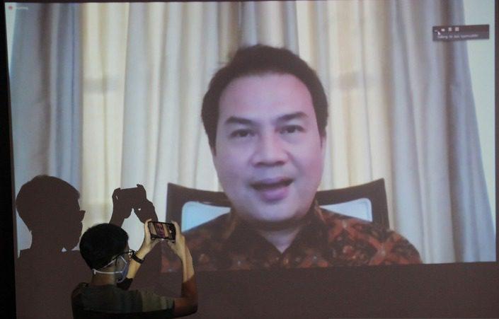 Jurnalis merekam layar monitor yang menampilkan Wakil Ketua DPR, Azis Syamsuddin, saat menjadi saksi sidang kasus suap Wali Kota Tanjungbalai nonaktif, M Syahrial ke mantan penyidik KPK, AKP Stepanus Robin Pattuju, di Gedung KPK, Jakarta, Senin (26/7/2021). FOTO: ANTARA