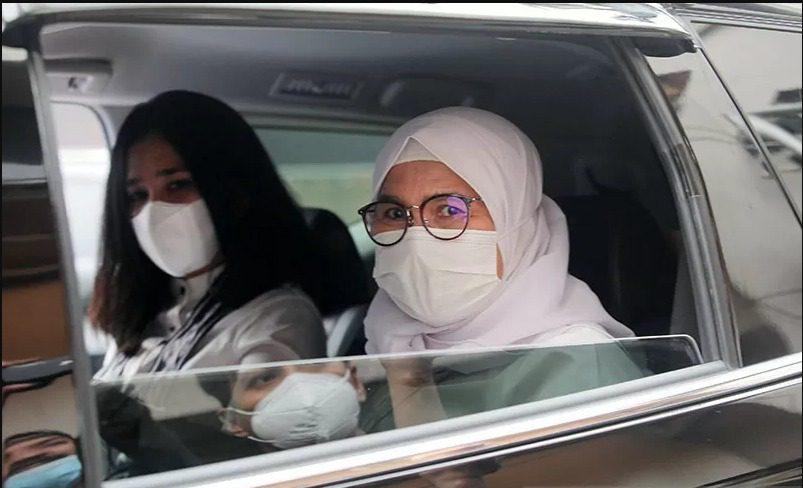 Wakil Ketua KPK, Lili Pintauli Siregar, berada dalam mobil usai Sidang Etik oleh Dewan Pengawas KPK di Jakarta, Senin (30/8/2021). FOTO: ANTARA/Lingkar.co