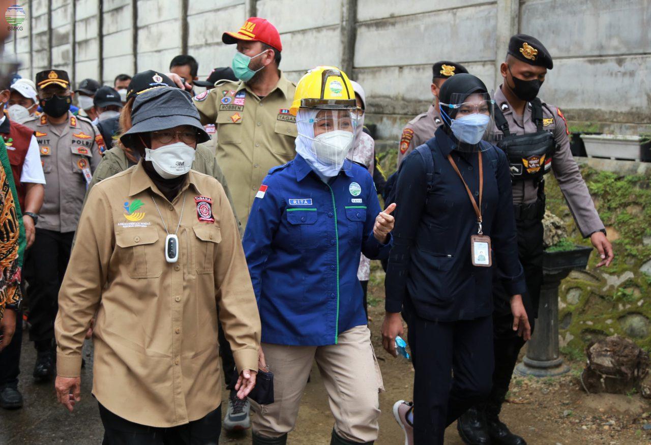Kepala BMKG, Dwikorita Karnawati, Mensos Tri Rismaharini, dan Bupati Pacitan, Indrata Nur Bayuaji, menyusuri jalur evakuasi bencana dalam simulasi gempa bumi dan tsunami, di Kabupaten Pacitan, Jatim, Sabtu (11/9/2021). FOTO: Humas BMKG/Lingkar.co