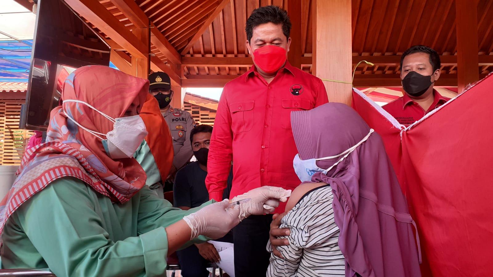 Ketua DPC PDIP Pati Ali Badruddin saat meninjau jalannya proses vaksinasi di beberapa kecamatan di Kabupaten Pati. KORANLINGKARJATENG/LINGKAR.CO