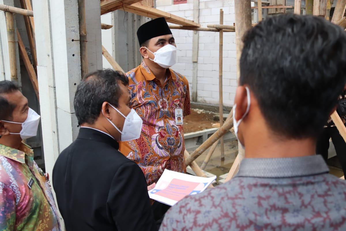 Wagub saat meninjau pembangunan rumah tahan gempa. Rezanda Akbar D/LINGKAR.CO