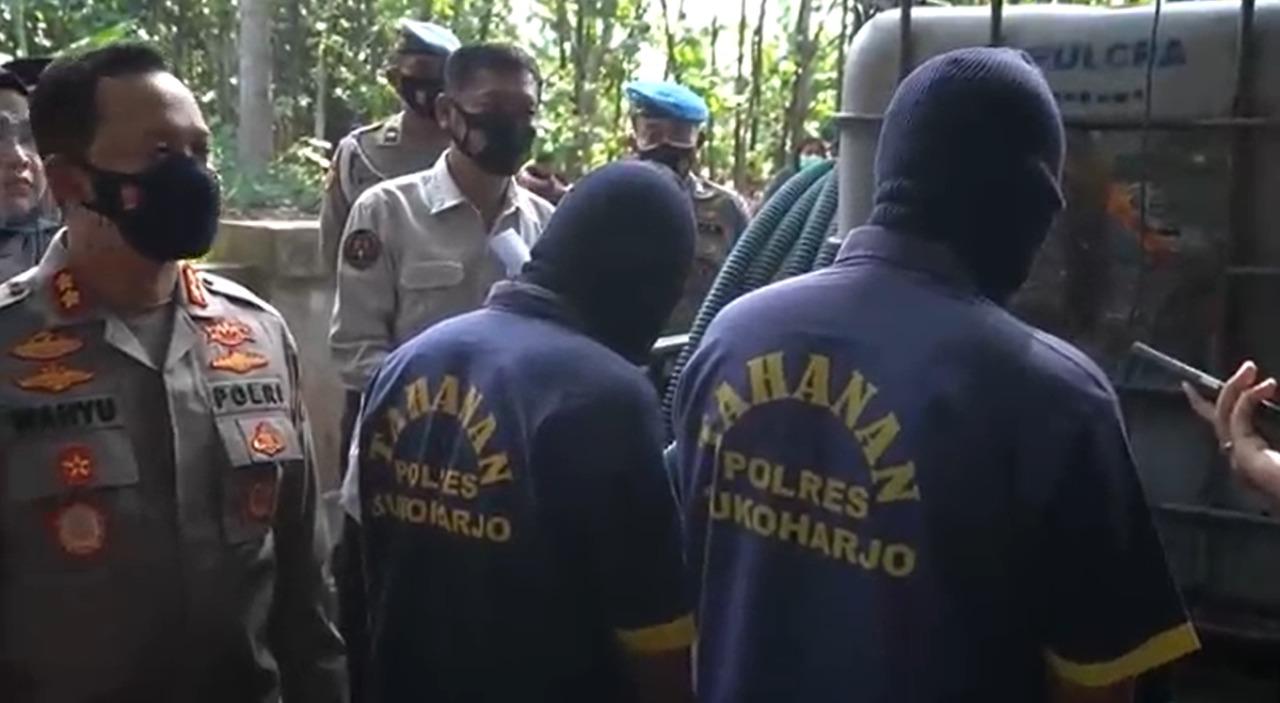 Kapolres Sukoharjo, AKBP Wahyu Nugroho, saat rilis dua tersangka di lokasi kejadian pembuangan limbah, Jumat (17/9/2021). FOTO: Tangkap layar video Polres Sukoharjo/Lingkar.co