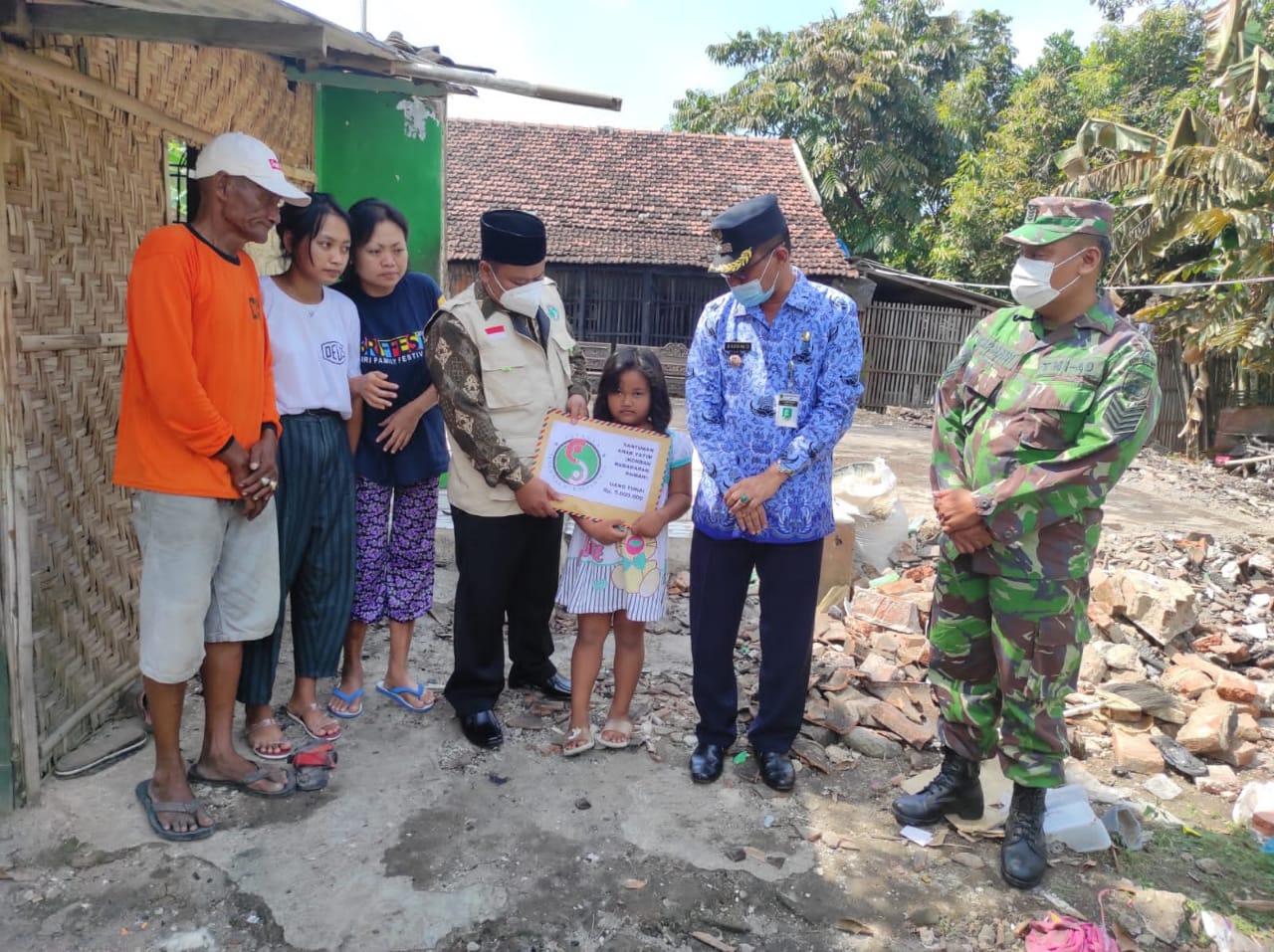 Prosesi penyerahan bantuan Yayasan Subur Makmur Sejahtera kepada korban kebakaran rumah didampingi Lurah dan Babinsa. LINGKARNEWSNETWORK/LINGKAR.CO