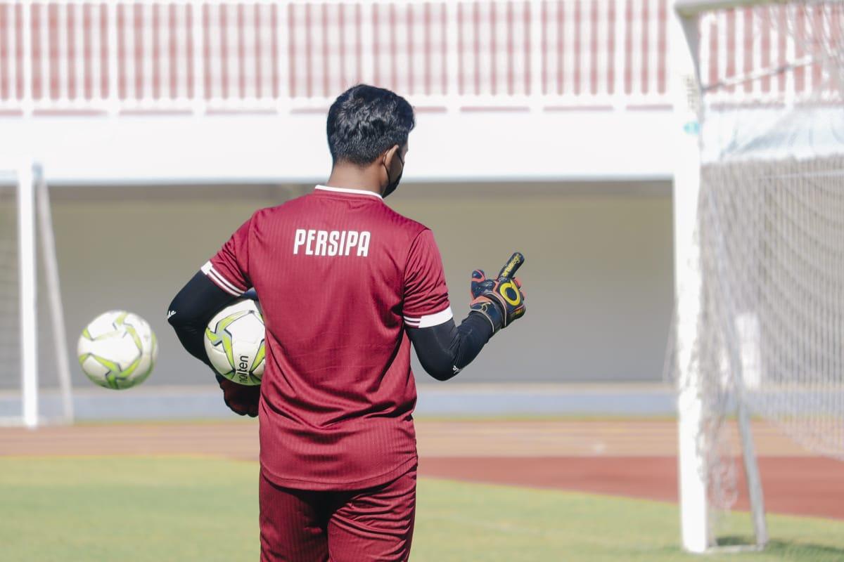 Salah satu kiper Persipa Pati sesaat setelah memungut bola dalam sesi latihan, Kamis (16/9/2021). HUMAS/LINGKAR.CO