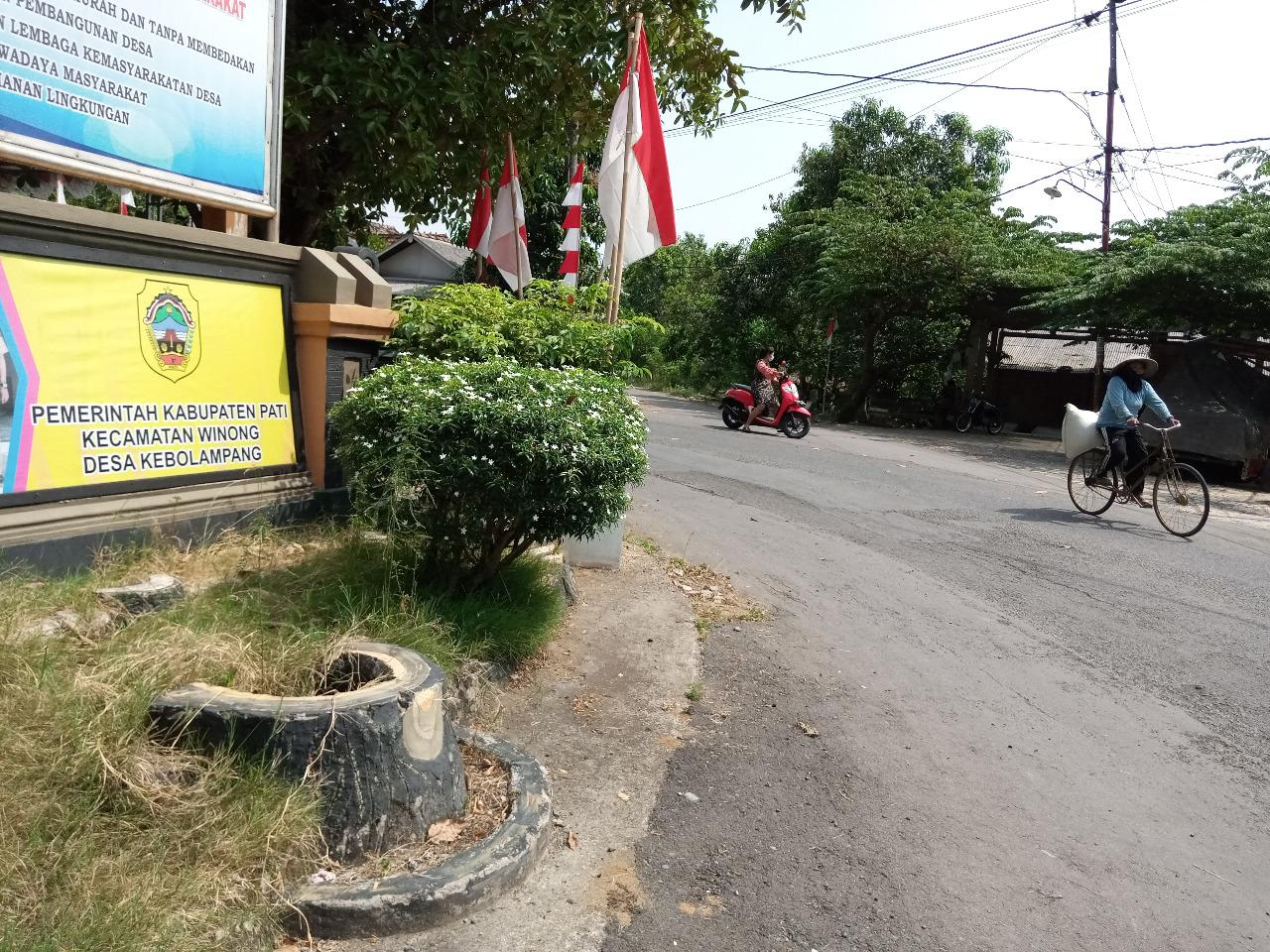 ILUSTRASI : Suasana jalan Desa Ngurensiti yang ada pada depan kantor kepala desa setempat. Lingkar.co