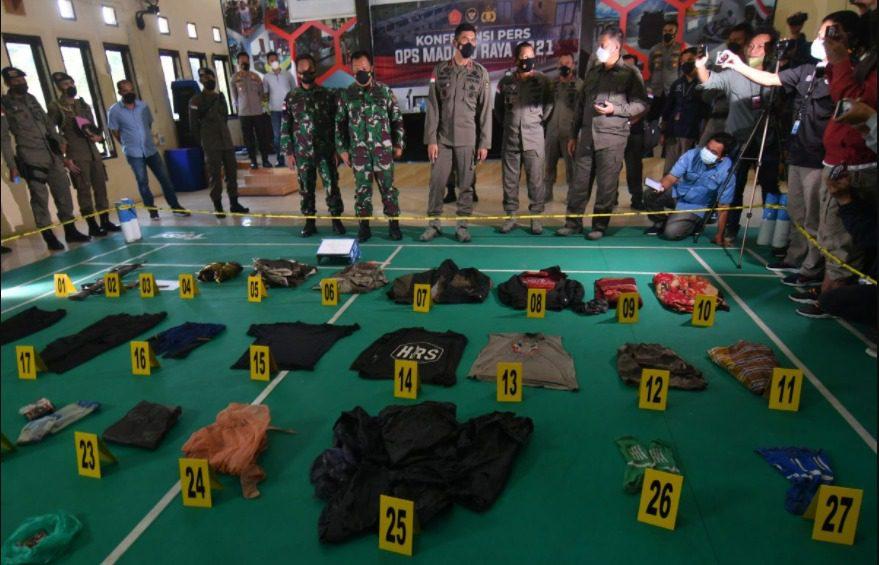 Kapolda Sulteng, Irjen Pol. Rudy Sufahriadi, memperlihatkan barang bukti milik kedua teroris Poso yang tewas, dalam konferensi pers di Polres Parigi Moutong, Minggu (19/9/2021). FOTO: Dok. Polda Sulteng/Lingkar.co