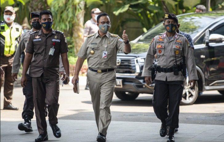 Gubernur DKI Jakarta Anies Baswedan (tengah) berjalan saat tiba di Gedung Merah Putih KPK, Jakarta, Selasa (21/9/2021). FOTO: ANTARA