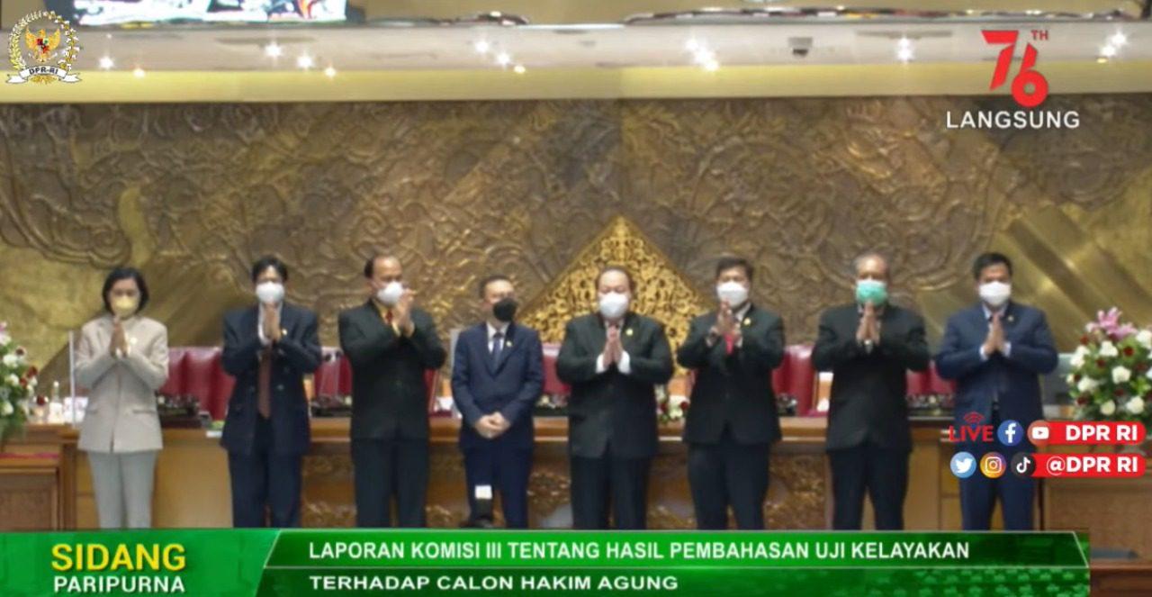 Wakil Ketua DPR RI Sufmi Dasco, selaku pimpinan sidang, berfoto bersama dengan tujuh calon hakim agung, Selasa (21/9/2021) siang. FOTO: Tangkap layar/Lingkar.co