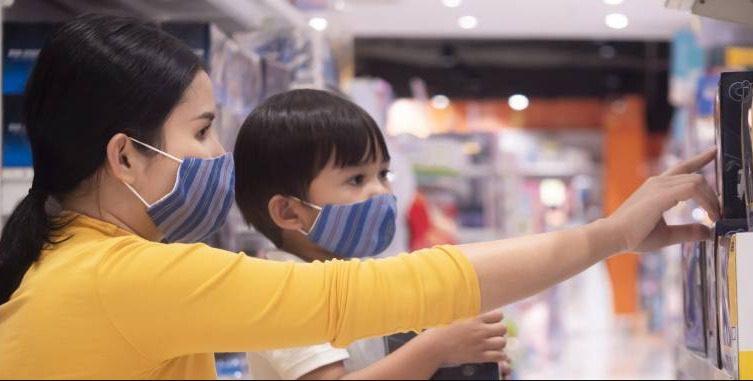 ILUSTRASI- Seorang anak dan ibunya sedang memilih barang di mal. Pemerintah memperbolehkan anak di bawah usia kurang dari 12 tahun, masuk ke mal. FOTO: Ist/Lingkar.co