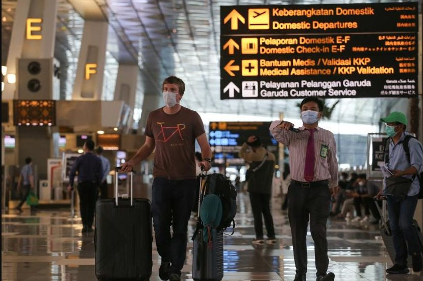 ILUSTRASI- Seorang WNA di Terminal 3 Bandara Internasional Soekarno-Hatta, Tangerang, Banten. Pemerintah akan memperketat pintu masuk Negara. FOTO: ANTARA/Lingkar.co