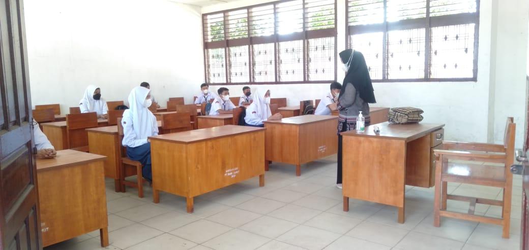 Proses uji coba PTM di SMP Negeri 4 Kota Siantar, Kamis (23/9/2021) FOTO: Matius Gea/Lingkar.co