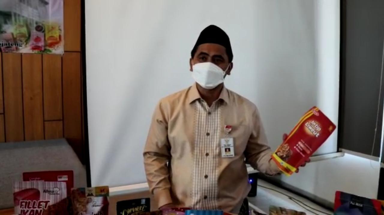 Wagub Jateng, Taj Yasin, sedang memegang produk pameran UKM. Lingkar.co