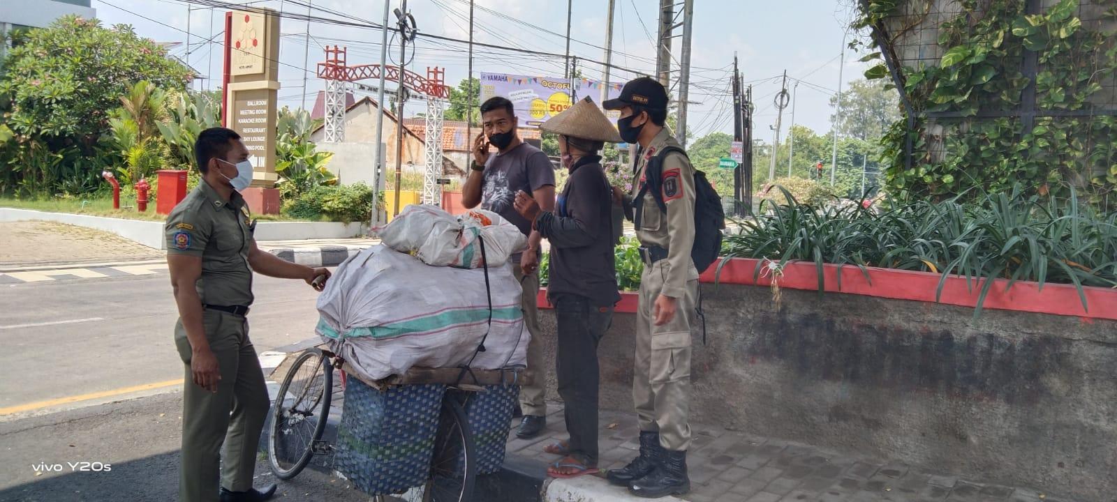 Petugas Satpol PP Semarang saat mengamankan salah satu manusia karung di jalan sekitaran imam bonjol, Tito Isna Utama / Lingkar.co