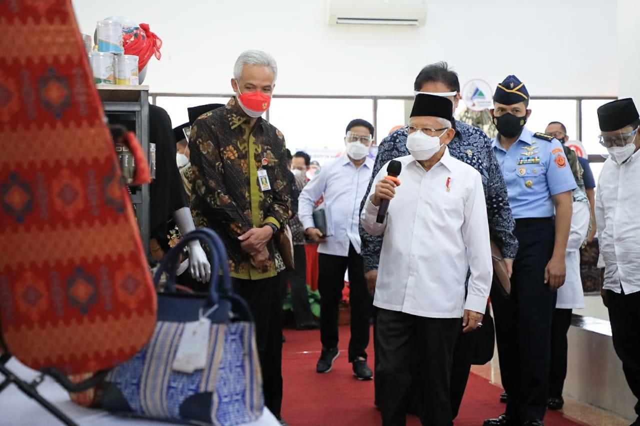 Wapres Ma'ruf Amin, didampingi Gubernur Jateng, Gabjar Pranowo, saat menijau produk UMKM di Jateng, Kamis (7/10/2021). FOTO: Humas Pemprov Jateng/Lingkar.co