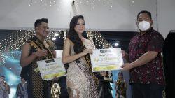 Penyerahan hadiah Acara Mas-Mbak Bakara dalam rangkaian Festival Batik Bakaran di Desa Bakaran, Juwana, Kabupaten Pati. Lingkar News Network/Lingkar.co
