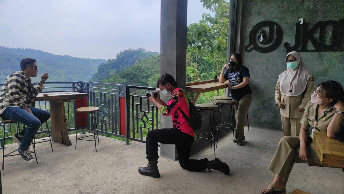 Proses pengambilan gambar video pendek promosi pariwisata Dinporapar Pati di salah satu destinasi wisata di Kabupaten Pati. AzizAF/Lingkar.co