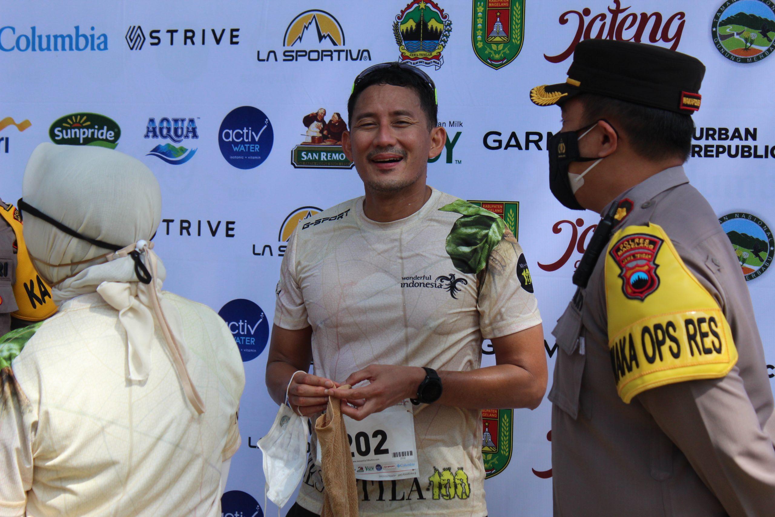 Menteri Pariwisata dan Ekonomi Kreatif Sandiaga Uno sesaat setelah menginjak garis finis setelah menyelesaikan kelas 12K di ajang MesaStila100Ultra di MesaStila Resort and Spa Magelang, Minggu (10/10/2021). Muhammad Nurseha/Lingkar.co