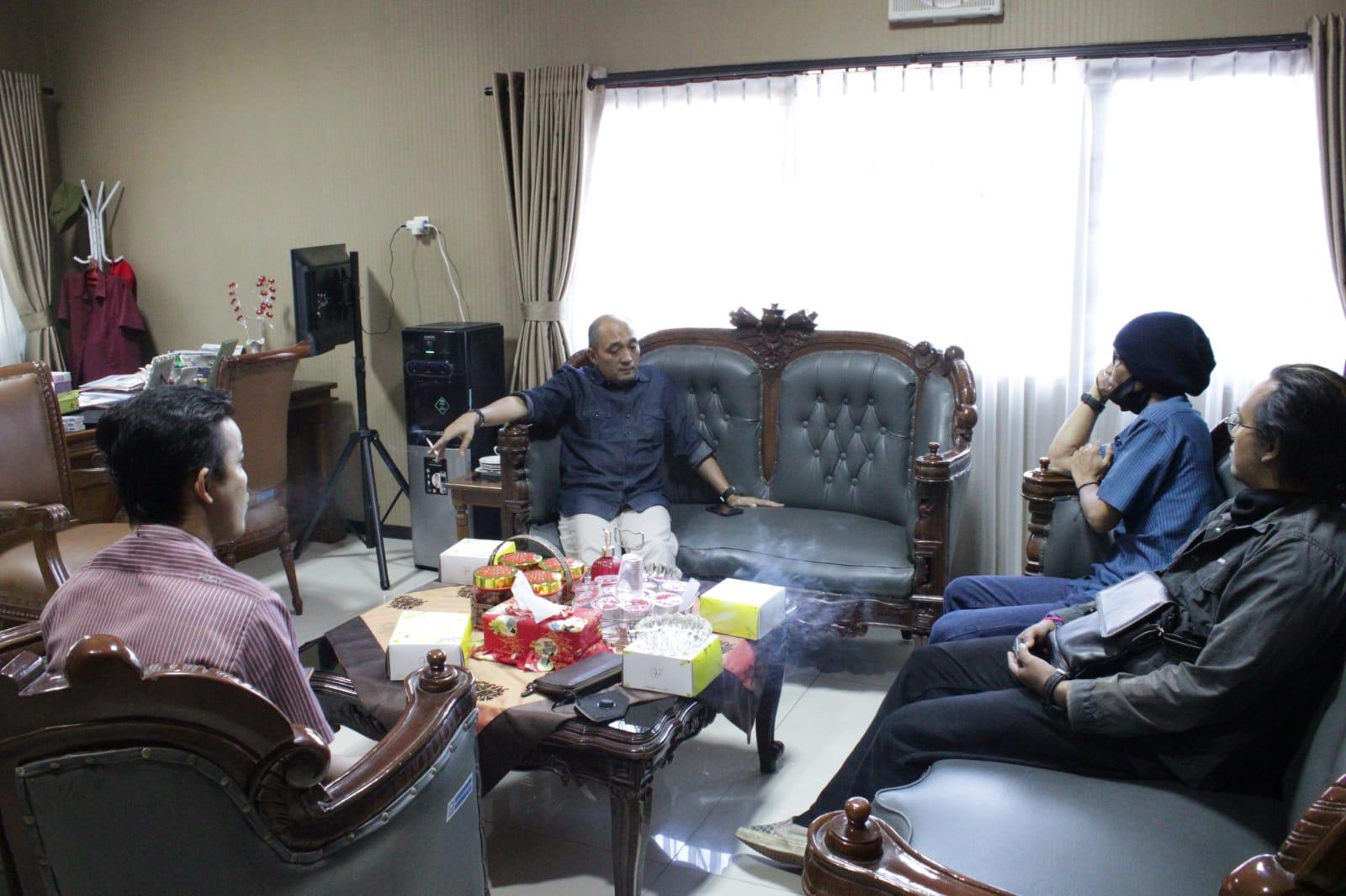 Ketua DPRD Kabupaten Semarang, Bondan Marutohening, menerima kunjungan silaturahmi dengan pimpinan media Lingkar.co, di ruang kerjanya, Kamis (30/9/2021). FOTO: Humas DPRD Kab. Semarang/Lingkar.co