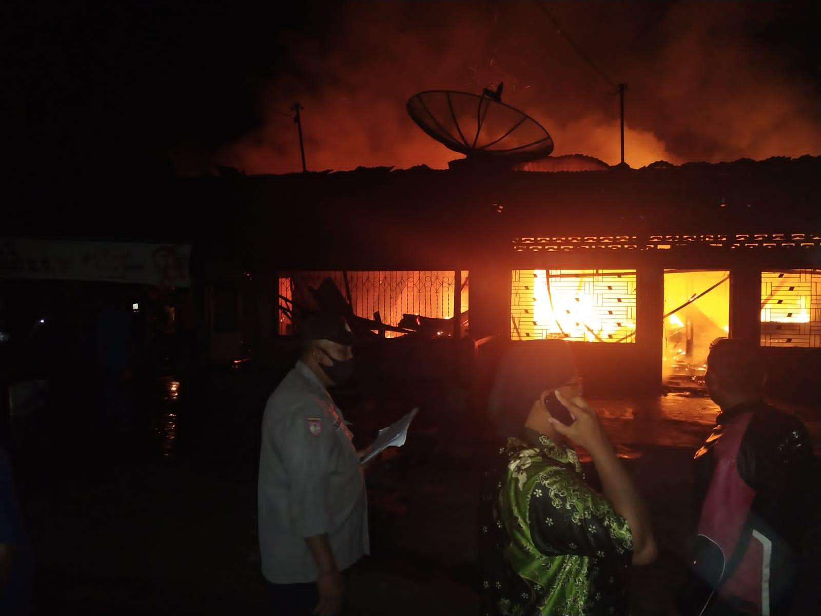 Dua unit rumah di Huta III Nagori Marihat Bukit Kecamatan Gunung Malela Kabupaten Simalungun, Sumatera Utara (Sumut) hangus terbakar, Kamis (30/9/2021) malam. FOTO: Matius Gea/Lingkar.co