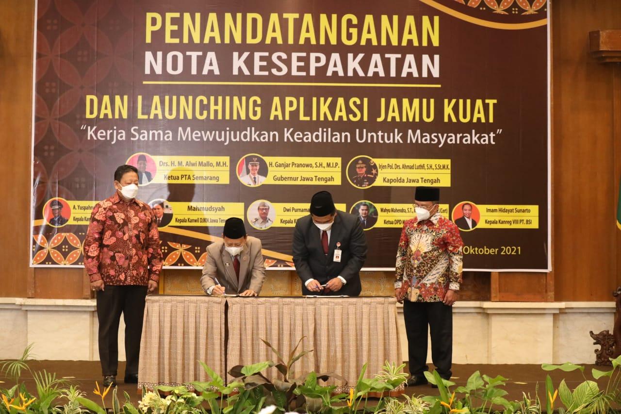 Penandatanganan nota kesepakatan oleh Wagub Jateng, Taj Yasin Maimoen, dengan Ketua Pengadilan Tinggi Agama Semarang, Alwi Mallo, Jumat (1/10/2021) di Hotel Patrajasa Semarang. FOTO: Tito Isna Utama/Lingkar.co