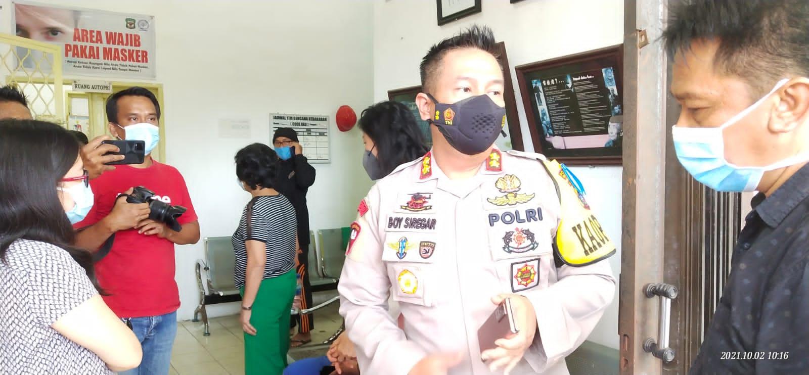 Kapolres Siantar, AKBP Boy Sutan Binagga Siregar, saat berada di ruang Autopsi Jeazah RSUD Djasamen Saragih Kota Pematang Siatar, Sabtu (2/10/2021). FOTO: Matius Gea/Lingkar.co
