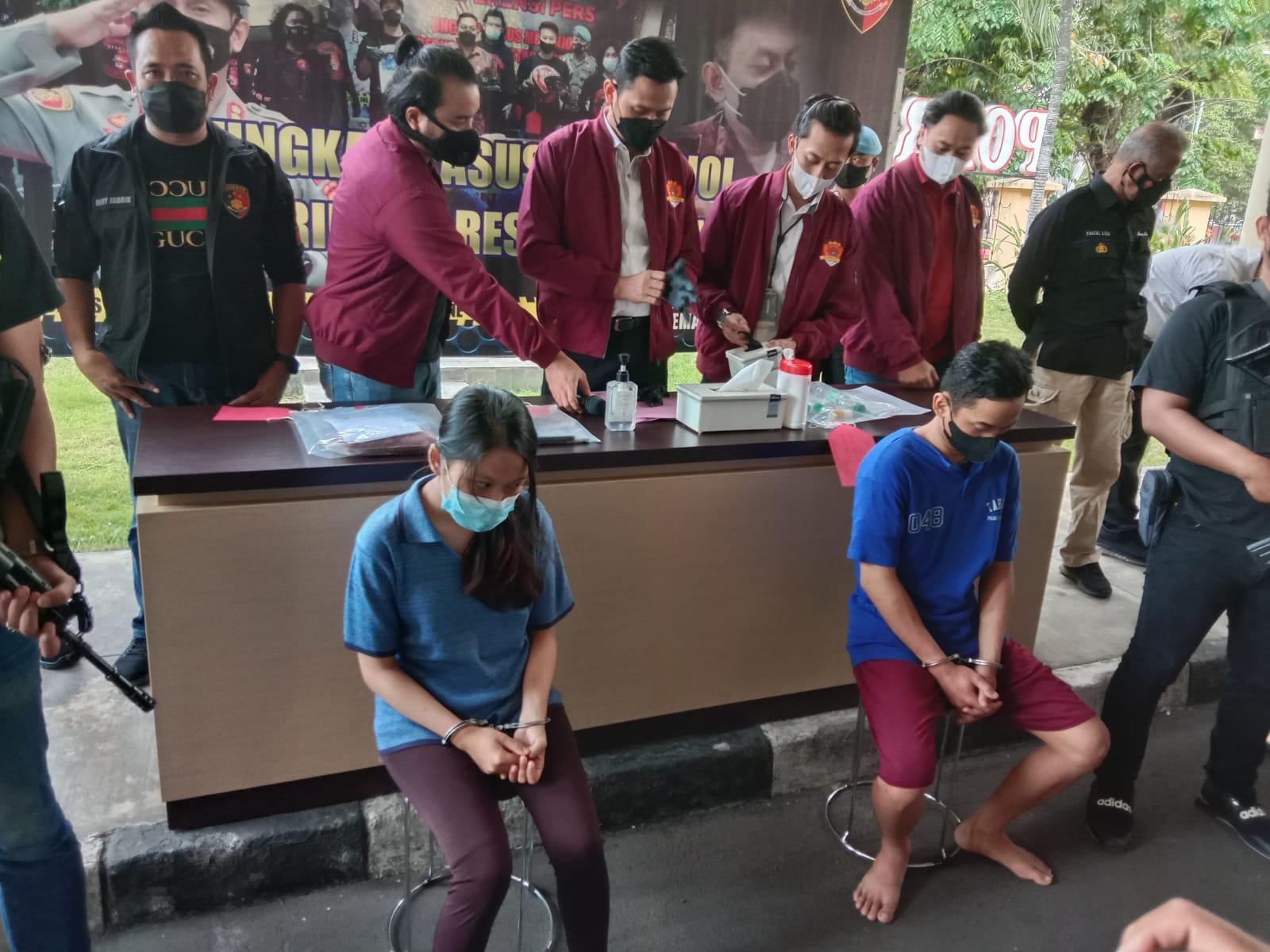 Kedua tersangka dalam gelar pekara di Mapolrestabes Semarang, Senin (4/10/2021). FOTO: Tito Isna Utama/Lingkar.co